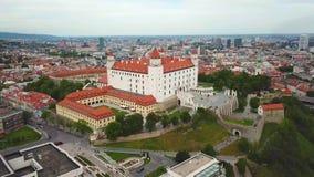 Взгляд городского пейзажа Братиславы воздушный Взгляд на замке Братиславы и старом городке сток-видео