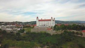 Взгляд городского пейзажа Братиславы воздушный Взгляд на замке Братиславы и старом городке видеоматериал