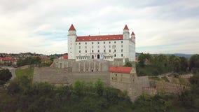 Взгляд городского пейзажа Братиславы воздушный Взгляд Bratislavsky Hrad воздушный панорамный видеоматериал