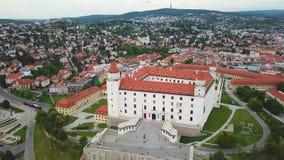 Взгляд городского пейзажа Братиславы воздушный Взгляд Bratislavsky Hrad воздушный панорамный сток-видео