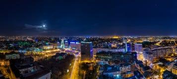 Взгляд городского пейзажа Бухареста панорамный к ноча стоковое изображение