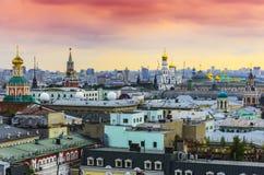 Взгляд городского пейзажа города Москвы на заходе солнца с популярными историческими местами и небом архитектурноакустического пе Стоковое Изображение RF