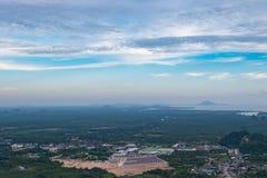 Взгляд городского пейзажа с голубым небом на Krabi Таиланде Стоковые Изображения RF