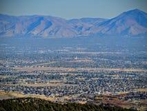 Взгляд горы пустыни долины и Уосата озера сол передние в падении осени розовый каньон желтеет вилку, большой утес и Waterf Стоковое Фото