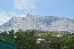 Взгляд горы AI-Petri в Крыме, деревне Miskhor курорта на ноге горы Стоковое Изображение RF