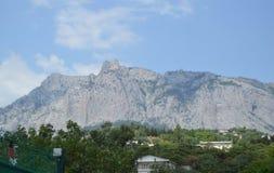 Взгляд горы AI-Petri в Крыме, деревне Miskhor курорта на ноге горы Стоковые Изображения RF