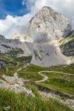 Взгляд горы Mangart расположенной на границе Словении и Италии стоковые фотографии rf