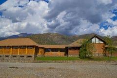 Взгляд гор в расстоянии и на переднем плане деревянной структуре стоковая фотография rf