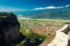 Взгляд гор и долины, городка Kalabaka от вершины монастыря монастырей Meteora, Греции святой троицы утеса стоковое фото