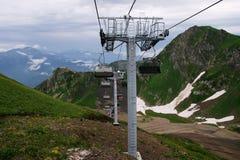 Взгляд гор и дороги веревочки и стула Стоковые Фото