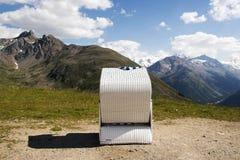 Взгляд гор и стула релаксации в горных вершинах Швейцарии Стоковые Изображения RF