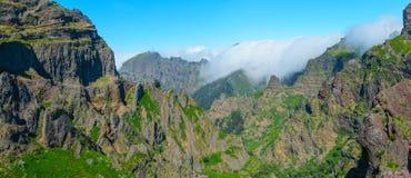 Взгляд гор на трассе Pico Areeiro - Pico Ruivo, острове Мадейры, Португалии, Европе Стоковые Фотографии RF