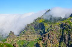 Взгляд гор на трассе Pico Areeiro - Pico Ruivo, острове Мадейры, Португалии, Европе Стоковая Фотография