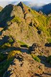 Взгляд гор на трассе Pico Areeiro - Pico Ruivo, острове Мадейры, Португалии, Европе Стоковое фото RF
