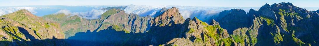 Взгляд гор на трассе Pico Areeiro - Pico Ruivo, острове Мадейры, Португалии, Европе Стоковые Изображения RF