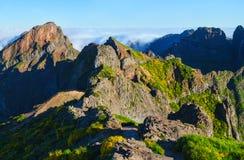 Взгляд гор на трассе Pico Areeiro - Pico Ruivo, острове Мадейры, Португалии, Европе Стоковое Изображение RF