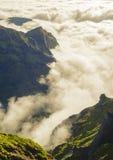 Взгляд гор на трассе Pico Areeiro - Pico Ruivo, острове Мадейры, Португалии, Европе Стоковые Фото