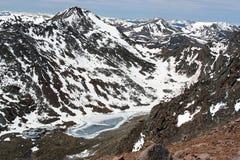 взгляд гор озера утесистый Стоковая Фотография