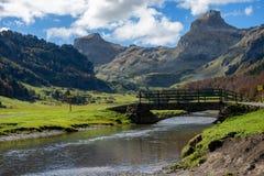 Взгляд гор Пиренеи с малым рекой около Pic Ossau стоковая фотография rf