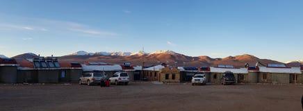 Взгляд гостиницы Tayka del Desierto расположенной на 4 500 метрах выше уровень моря в пустыне Siloli, Боливия стоковое фото