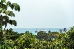 Взгляд грузового корабля в океане, Bayahibe, Ла Altagracia, Доминиканская Республика Скопируйте космос для текста Стоковая Фотография