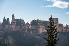 Взгляд дворца Альгамбра в Гранаде, Испании с горами сьерра-невады в снеге на предпосылке granada стоковые фотографии rf