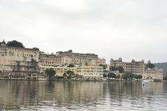 Взгляд дворца города от ghat Ambrai, Udaipur, Раджастхана стоковые изображения rf