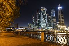 Взгляд делового центра Москвы международного от набережной Taras Shevchenko на ноче moscow стоковое изображение rf
