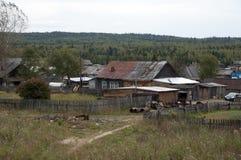 Взгляд деревни гор Ural от поезда стоковые изображения rf