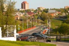 Взгляд деревни и моста Dubrovitsy над рекой Pakhra стоковое фото