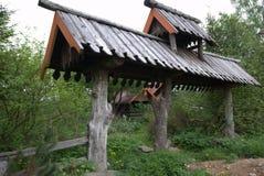 Взгляд деревянных ворот в деревне стоковые фото