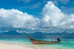 Взгляд деревянных шлюпки и пляжного комплекса Krabi Стоковое Изображение RF