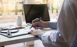 Взгляд деталей доктора вручает печатать на клавиатуре с пустым sc Стоковые Изображения