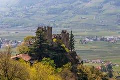 Взгляд детали на замке Brunnenburg в красивом ландшафте Деревня Tirol, провинция Больцано, южный Тироль, Италия стоковое изображение