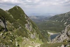 Взгляд для того чтобы почернить пруд от Tatra-гор Стоковое Фото