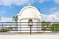 Взгляд дневного света к религиозной православной церков церков около пляжа стоковая фотография