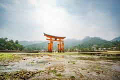 Взгляд долгой выдержки нижний в Miyajima, плавая стробе Torii, малой воде, Японии Стоковые Изображения