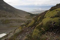 Взгляд долины горы высекаенный ледником с каналом города и бигля в предпосылку стоковая фотография rf