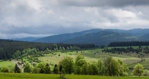 Взгляд долины загоренной sunlit нижним облачным небом Стоковое Изображение