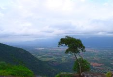 Взгляд долины и растительности от верхней части горы с облаками в небе, западном Ghats, Индии стоковые изображения rf