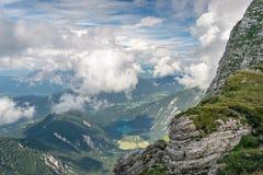 Взгляд долины с озерами от горы Mangart на границе Италии и Словении стоковые фото