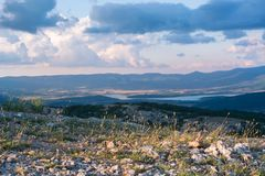 Взгляд долины Baydarskaya на южном побережье Крыма Взгляд от вершины горы Ilyas Kaya День лета пасмурный e Стоковые Фотографии RF