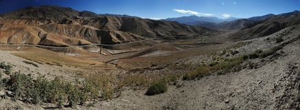 Взгляд долины Lamayuru от пропуска Fotula, огромной долины горы, наклонов красного цвета, на stretc серпентинов наклона левой сто Стоковое фото RF