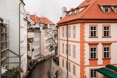 Взгляд домов вдоль канала дьявола от Карлова моста, Праги стоковое фото