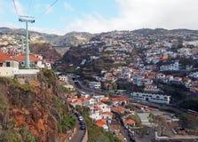 Взгляд домов и улиц Фуншала от фуникулера бежать вверх гора к monte с мостом и горами дороги стоковое изображение rf