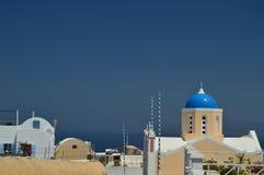 Взгляд домов с голубой сводчатой крышей с взглядом сизоватого Эгейского моря в острове Santorini городка Oia Архитектура, ландшаф стоковое изображение rf