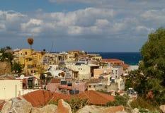 Взгляд домов Chania и яркого голубого моря стоковые фотографии rf