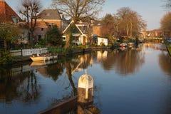 Взгляд домов, drawbridge и шлюпок вдоль канала в историческом городе Эдамер стоковое изображение rf