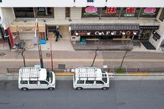 Взгляд дороги в takadanobaba, с фургоном 2 припаркованным на стороне улицы стоковое изображение