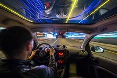 Взгляд дороги города ночи изнутри автомобиля Стоковые Фото